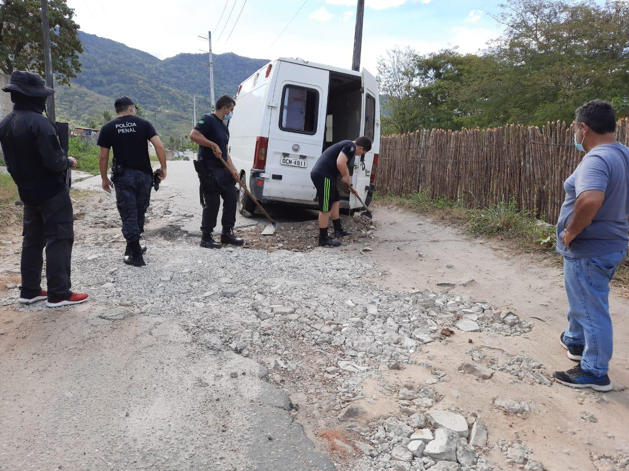 Policiais Penais da Pacatuba realizam operação 'tapa buraco' em estrada importante da região