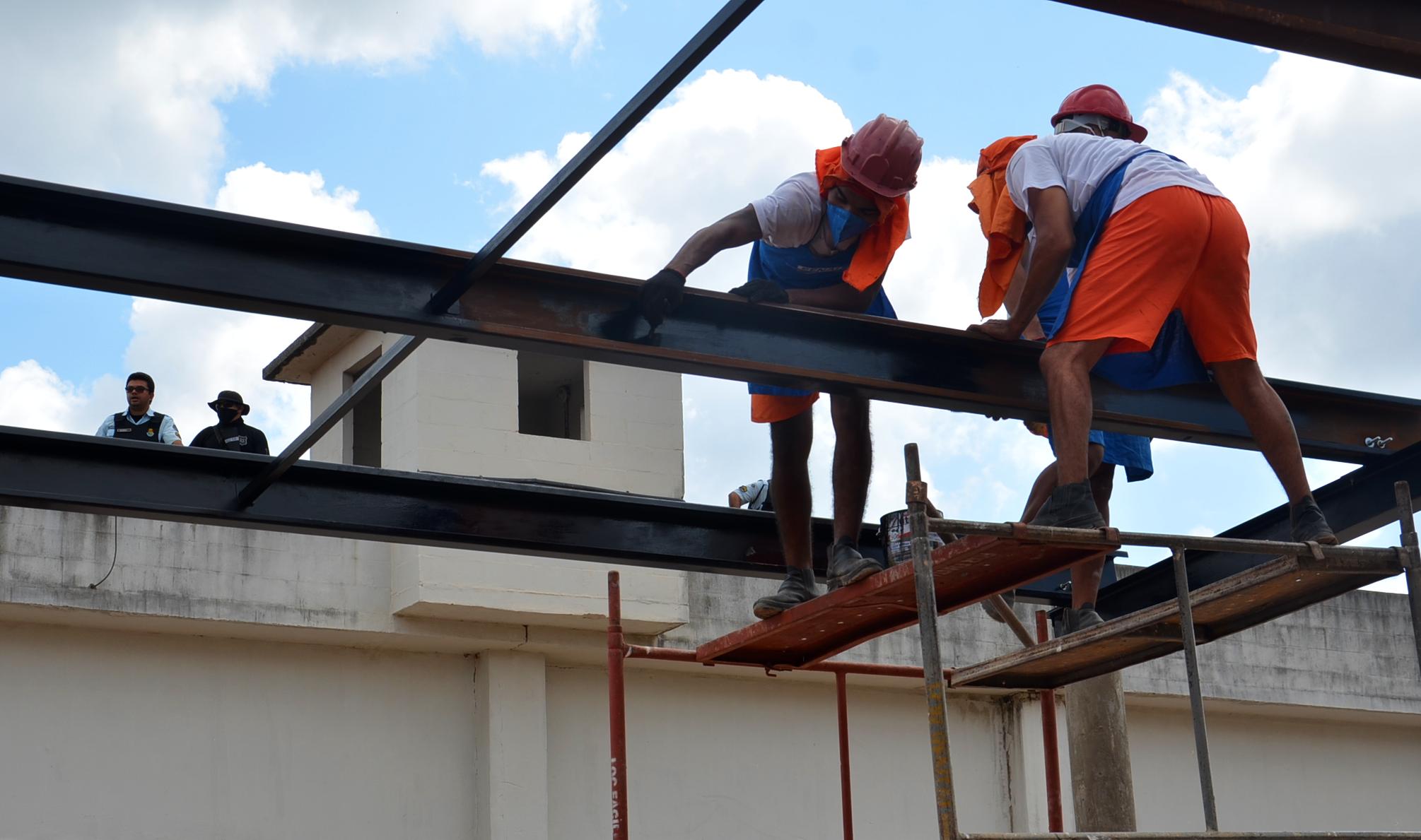 Internos capacitados pelo projeto Sou Capaz constroem galpões de atividade laboral em unidades prisionais